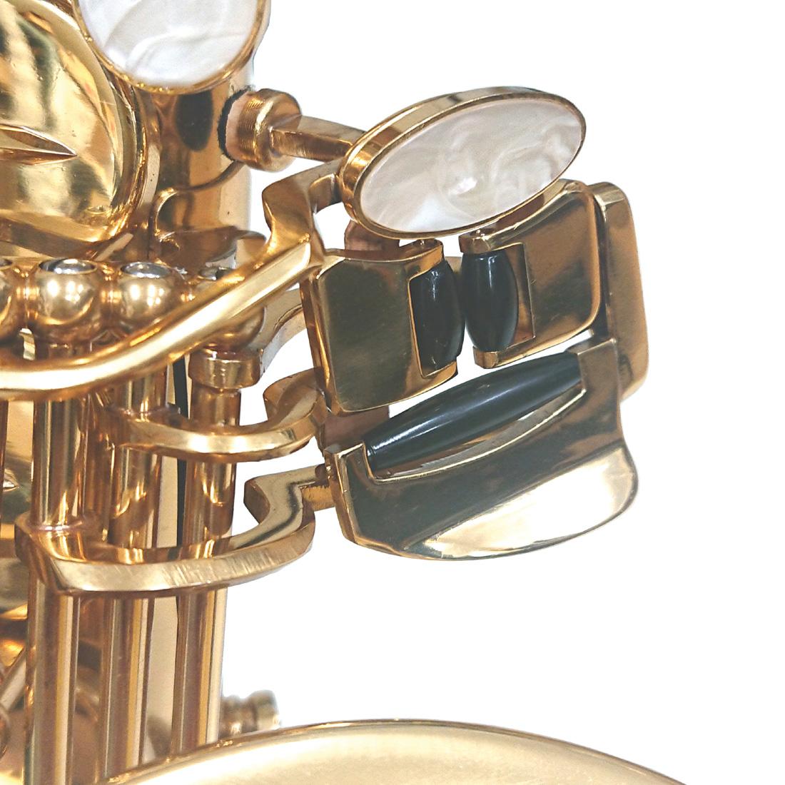 左手小指の操作を楽にするC♯-B♭連動キイシステムが付いています。初心者にも扱いやすい楽器になっています。