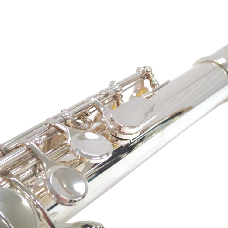管体とキイは、明るい音色で遠くまで響く銀メッキ仕上げ